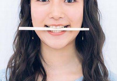 割り箸を口に挟んでゆがみを矯正するエクササイズ