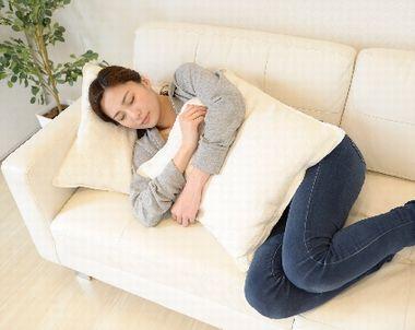 高い枕で寝る女性