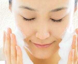 酵素洗顔をしている女性