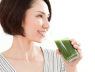ファンケルのケール青汁を飲む女性