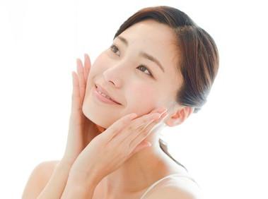 コウジ酸の美白効果でシミのない透明美肌の女性