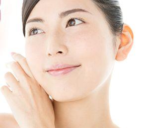 ビタミンC誘導体などで明るく透き通った素肌の女性