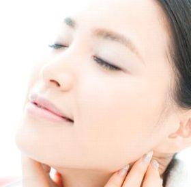 ホワイトニングエッセンスコンセントレートの美白効果により明るい肌の女性