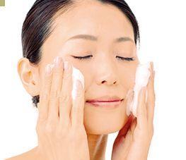 洗顔石けんで洗顔している女性