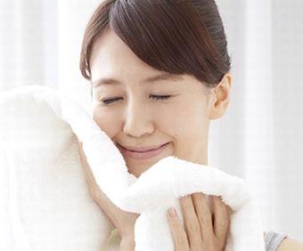 洗い上がりのしっとり感を実感する女性