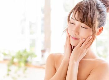 ポリフェノール豊富なフラバンジェノールの保湿、エイジングケア効果を実感する女性
