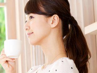 極上コーヒーセレクションのコーヒーを堪能する女性