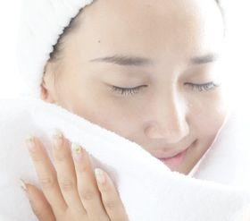 洗顔フォームで洗顔した女性