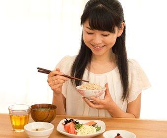 発酵食品を食べる女性
