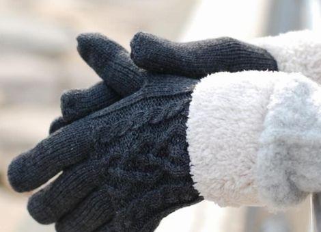 手袋でしっかりと保温する様子