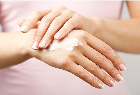 ハンドクリームで手を保湿する様子