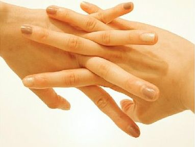 指を組んで、ハンドクリームを隅々にまで行き渡らせる様子