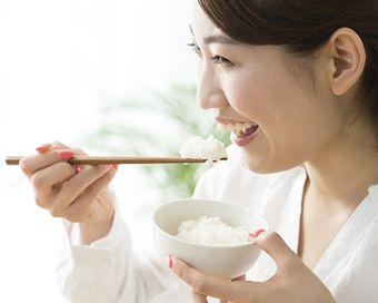 ご飯をおいしそうに食べる女性