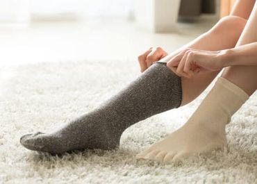 温かい靴下を履く様子
