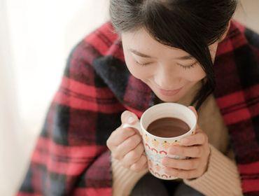 体を温める飲み物を飲む女性