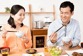 食事を楽しむ男性と女性