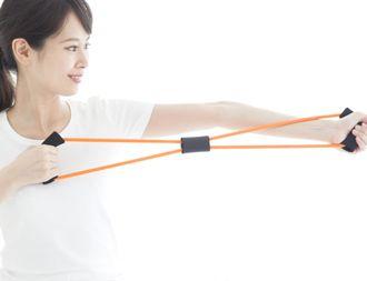 フィットネスチューブを使用する女性