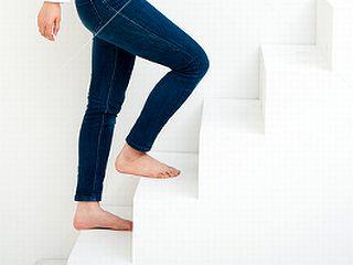 コンドロイチンにビタミンB1誘導体などで楽に階段を上がる女性