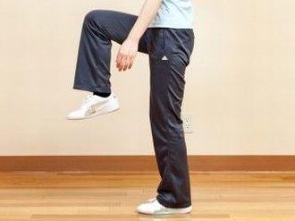 腿上げ運動をする女性