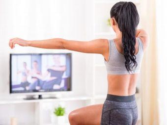 エクササイズDVDで運動する女性