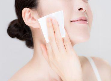 コットンで優しく洗顔する女性