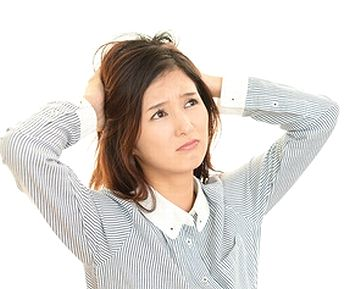 頭のかゆみに悩む女性