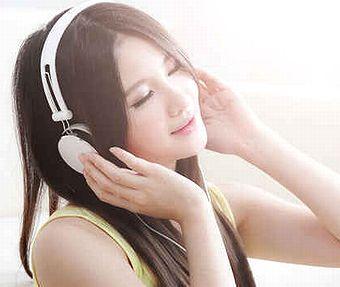 音楽を聴いている様子