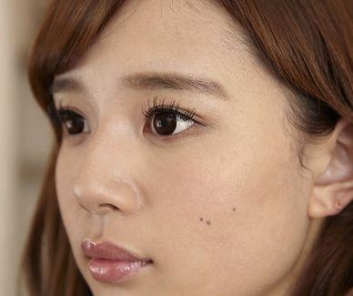 下がりがちに描いた眉の女性