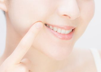 口角を上げるエクササイズをする女性
