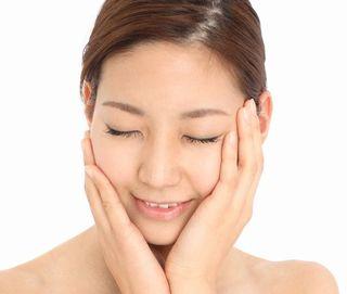 乳酸菌や高分子ヒアルロン酸でしっとりと潤った素肌の女性