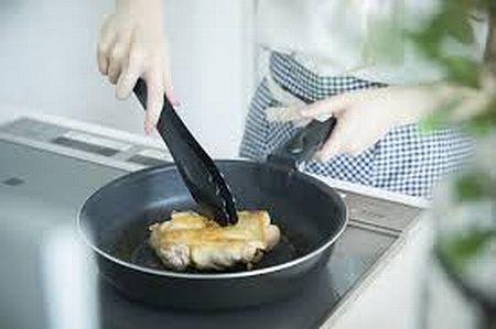 鶏肉を加熱調理する様子