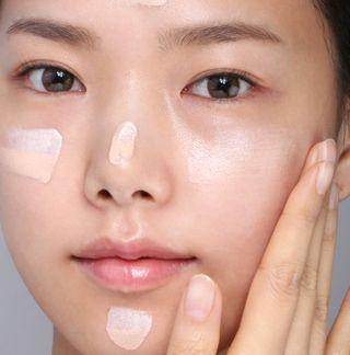化粧下地を塗る女性