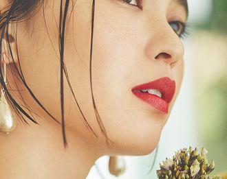 鮮やかな赤い口紅を塗った女性