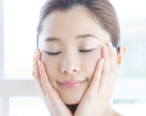 バイタライジングローションの保湿力、エイジングケア効果の高さを実感する女性