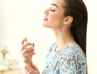 香水をつける女性