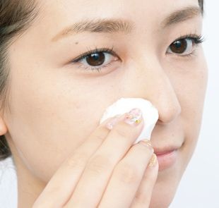 小鼻を保湿する女性