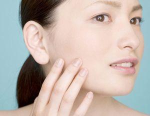 加齢による肌のたるみが気になる女性