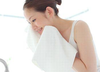 洗顔した後の女性