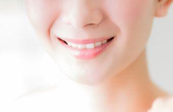 天然アパタイトや薬用成分で白く美しい歯の女性