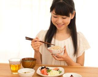 栄養バランスのよい食事を取る女性