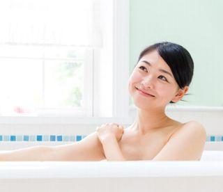 お風呂に入って代謝をよくする女性