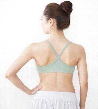 背筋が伸び、姿勢のよい女性