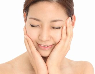 スイゼンジノリやコラーゲンなどの保湿成分でしっとりとした肌