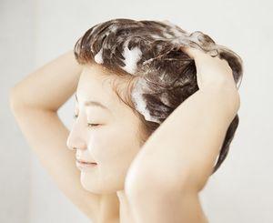 コロアオーガニックエッセンシャンプーで髪を洗う様子