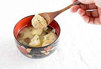 お味噌汁に米ぬかを加える様子