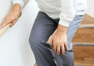ひざの痛み、関節痛に悩む男性
