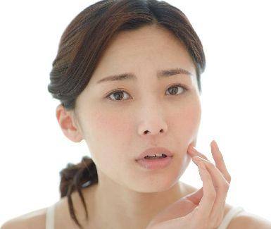 肌のターンオーバーの乱れに悩む女性