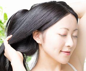 外部湿度に影響されないしっとり、まとまりのある髪の女性