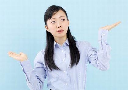 アマニ油とエゴマ油でどちらを選べばいいか悩む女性