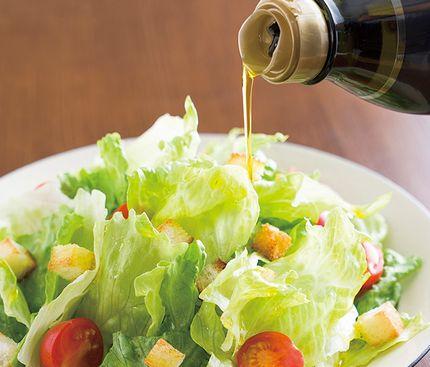 亜麻仁油、エゴマ油をサラダにかける様子